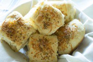 30 Minute Garlic Parmesan Pull-Apart Rolls