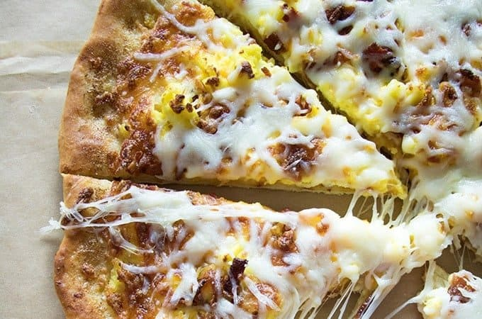 easy breakfast pizza featured