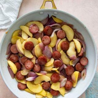 pommes et oignons kielbasa dans une poêle