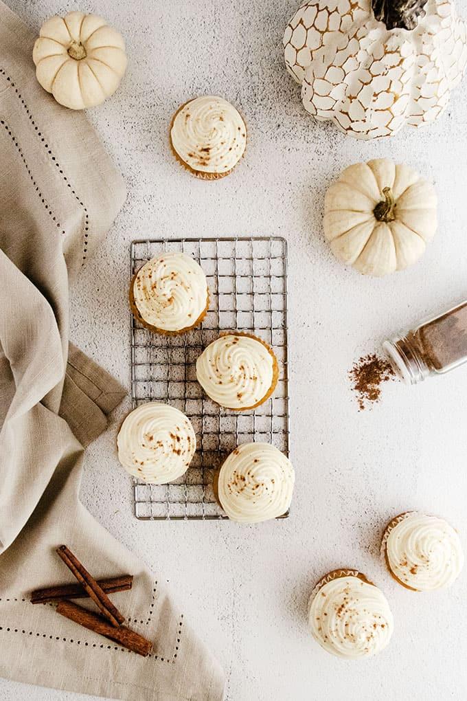 Cupcakes à la citrouille sur une grille de refroidissement