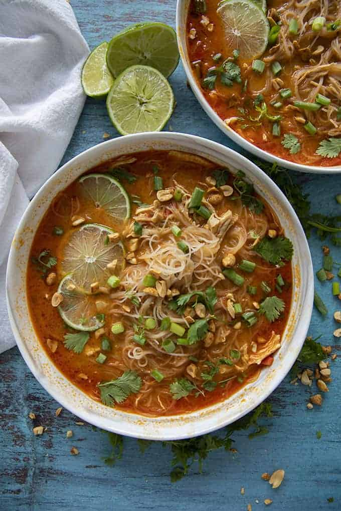 soupe de poulet thaï dans un bol