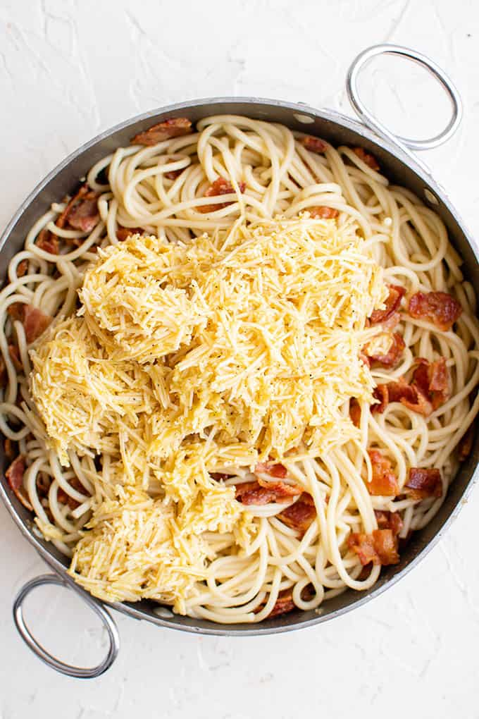 ingrédients carbonara dans une casserole