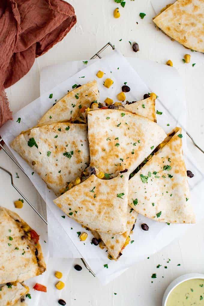 Quesadillas haricots noirs et maïs sur une assiette