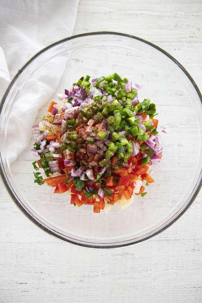 ingrédients pour la salsa à l'ananas dans un bol