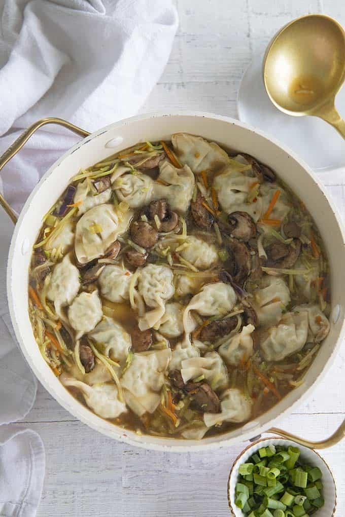 soupe wonton dans un pot